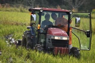 地域農家での耕うん実習
