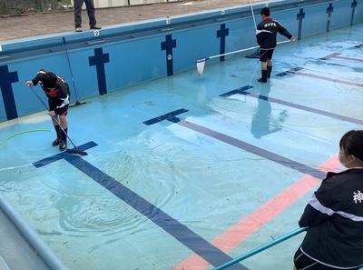 プール掃除の様子